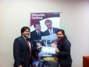 Cristina recibiendo su premio de un docente de la UEES.